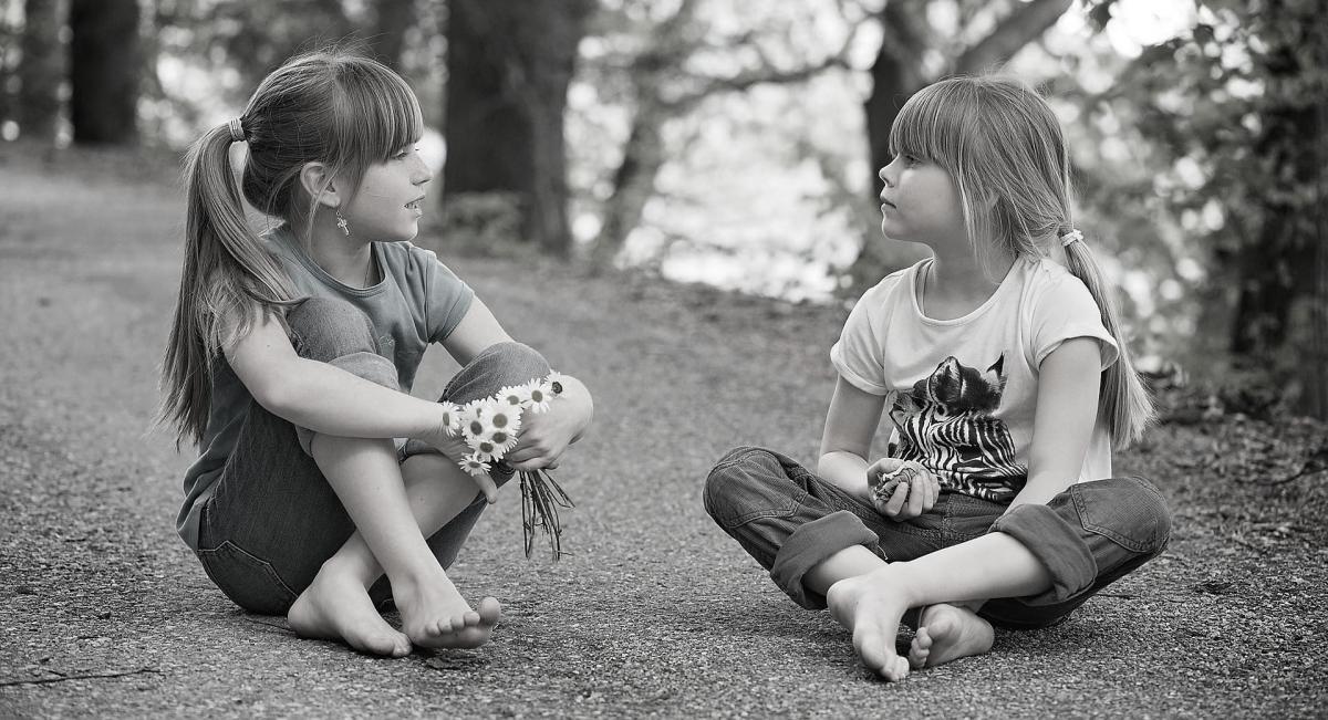 piger der snakker